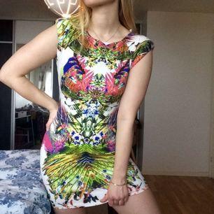 Mini-dress med vadderade axlar. Inköpt för typ 4 år sedan men tror inte jag använt den mer än en gång. Frakt är inräknat i priset