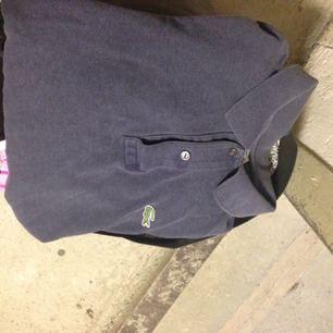 Långärmad Blå/grå Lacoste tröja inköpt på Humana. Gott skick! Herrstorlek: passar M-XL