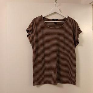 Svart / brun randig T-shirt från forever 21. Knappt använd