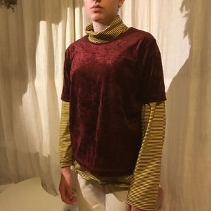 En vinröd velvet t-shirt.