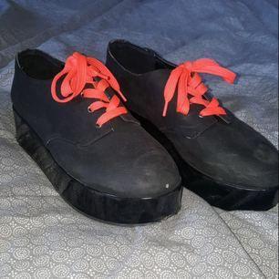 Supercoola skor från Monki i storlek 40. Är i bra skick förutom slitningarna som syns på bild 2.   Fraktar ej men kan mötas upp i Sthlm