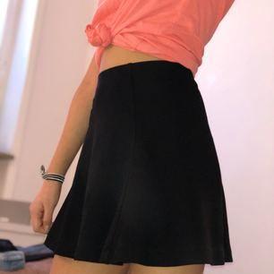 Svart kjol från forever 21. Kan ha som både highwaist och regular waist. Aldrig använd så den är som ny! Storleken är S men funkar lika väl till de som har XS.