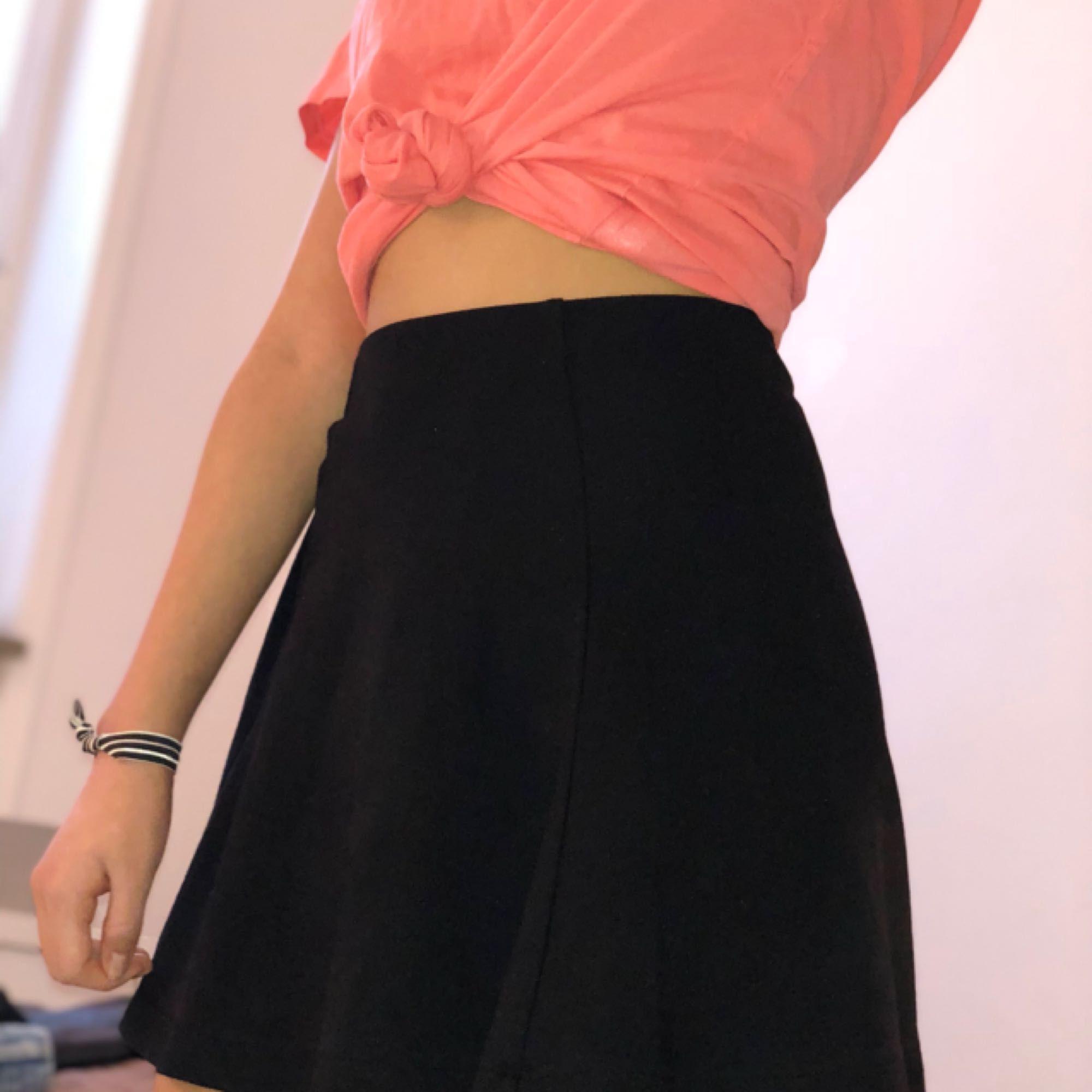 Svart kjol från forever 21. Kan ha som både highwaist och regular waist. Aldrig använd så den är som ny! Storleken är S men funkar lika väl till de som har XS. . Kjolar.