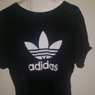 Knappt använd t-shirt från adidas i superbra skick. Skulle nog säga att den är unisex.   Nypris 300kr  Fraktar ej men kan mötas upp i Sthlm.