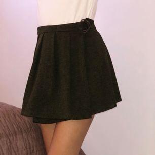 Jätte fin grön kjol från Zara. Endast använd en gång! Storlek 34/36 funkar till båda storlekarna