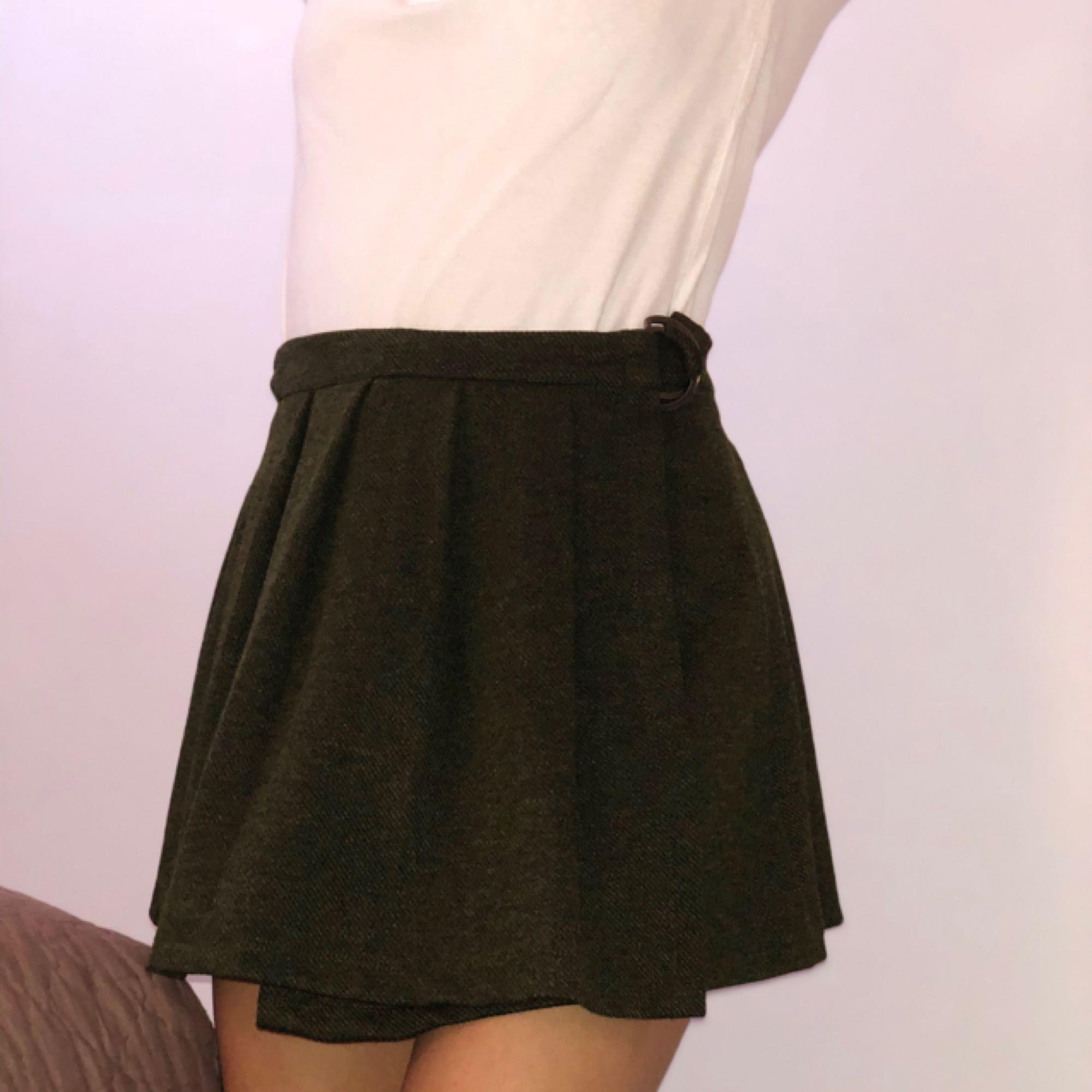 Jätte fin grön kjol från Zara. Endast använd en gång! Storlek 34/36 funkar till båda storlekarna . Kjolar.