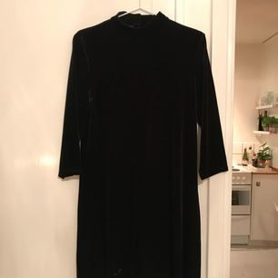 Klänning med halvpolo i sammet från Monki. Möts upp i Sthlm eller skickar mot fraktkostnad