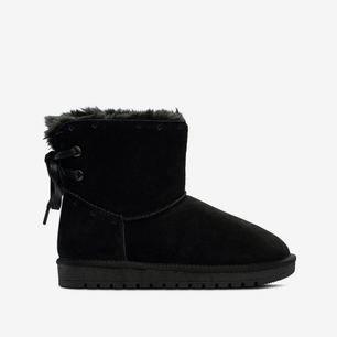 Så otroligt snygga helt oanvända skor!!  Köpte två par varav min syster redan hade ett par och kunde ej lämna tillbaka då det gått för lång tid!  Dem är otroligt bekväma och ursnygga!! Nypris: 600kr