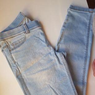 Ljusblå leggings från MANGO. Används fåtal gånger. I perfekt skick. Str 38. Original pris var 300 kr.