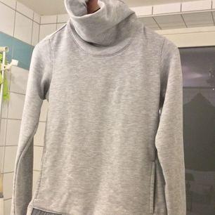 En nyköpt Nike tröja med fickor och en längre krage som gör den både snygg och jätte skön. Jag har använt den Max, ca 3-4 gånger och storleken är XS.