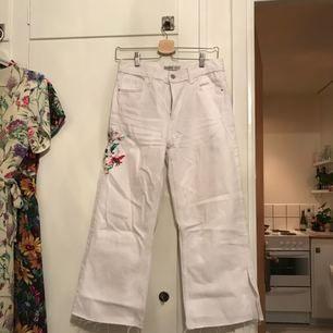 Vita culotte jeans med brodyr på höften och slits nedtill från Zara. Använda en gång. Möts upp i Sthlm eller skickar mot fraktkostnad.