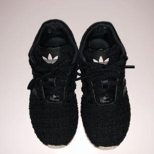 Säljer mina skit snygga adidas skor för jag inte använder dom. Har inte sett dessa glittriga i affär så dom är lite annorlunda. Dom har hål vid hälarna o undersidan är inte så vit längre men det går att fixa bara att jag inte orkat haha. Priset kan variera 😁