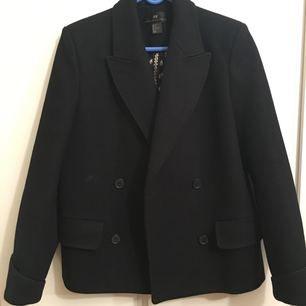 HM kollektionsjacka i 80% ull. Använd vid fem tillfällen, den är väldigt varm. Köptes för 1200 kronor
