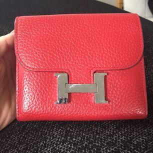 Hermes plånbok fejk i bra skick lite repig på spännet men annars superfin skick ..