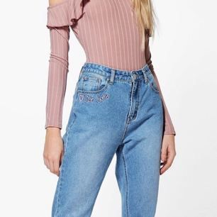 Ett par jättefina highwaisted mom jeans från boohoo som aldrig är använda endast provade en gång. Skickades efter i somras men passade tyvärr inte ☹️ skicka meddelande om du vill ha andra bilder då dessa är tagna direkt från boohoos sida (priset kan diskuteras)