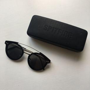 Solglasögon från märket Spitfire och är i modellen Trip Hop. De är inköpta förra året.
