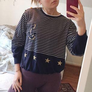 Fin tröja med detaljer! Kanske är mer en S än M, men passar båda. Frakt ingår i priset ✨