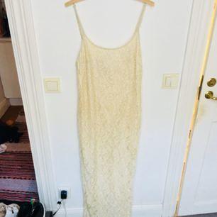Helt fantastisk (brud?)klänning i krämig vit som har små pärlor över hela sig. Själv har jag aldrig använt den då jag inte direkt gått i bröllopsplaner men den har däremot varit väggprydnad för den är så vacker att titta på! Lite trådig på vissa ställen och för stor och lång för mig som bär x-small/small, men inga problem för den sykunnige. Köpt på beyond retro.
