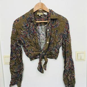 Knytbar kort skjorta med härligt mönster köpt på beyond retro. Ursäkta skrynklet men jag äger inget strykjärn 🙈