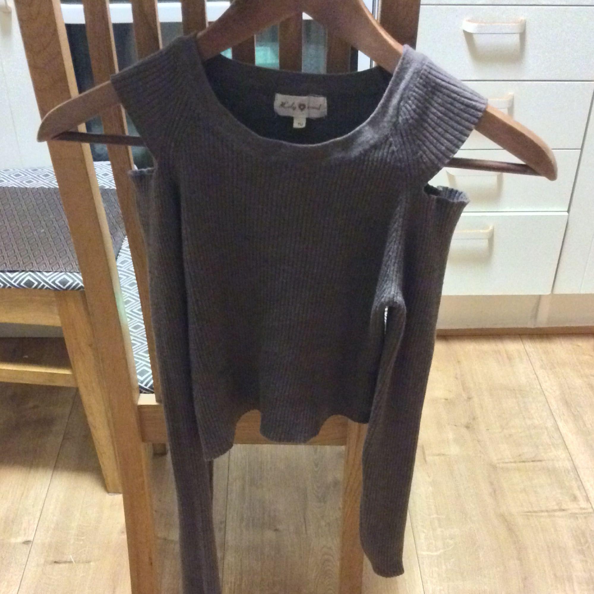 En midjekort brun tröja med hål/ bart om axlarna, sitter jätte snyggt på och är i storlek XS/S.. Tröjor & Koftor.