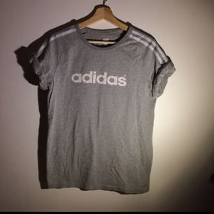Adidas t-shirt storlek M, frakt inräknat i priset.