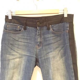 Assnygga jeans med skinndetaljer från Mango. Suverän passform. Fint skick!  Möts upp i Stockholm city eller Huddinge centrum/sjukhus, eller fraktar, köparen står för frakten. Gärna swish!