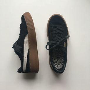 Creeper sneaker från Puma i storlek 38,5.  De är i bra skick förutom att skosnöret på vänster sko är lite nött.
