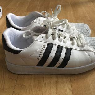 Adidas AAA kopia i superfin skick. Så gott som nya.
