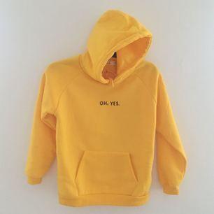 ✨Gul, oanvänd hoodie. Säljer pga att den är för liten för mig.  Står att det är en medium i den, men är mer som en XS.  Har aldrig använt den, så den är så gott som ny. Möts upp i Helsingborg eller fraktar. (Köparen står för frakten) ✨