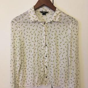 Skjorta/blus i tunt fladdrigt materal från HM. Har två likadana i str 34 och 36.