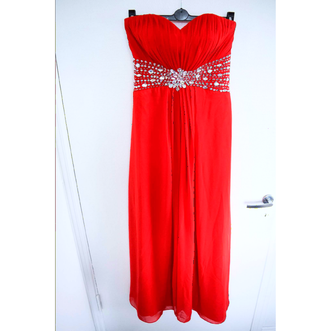 Säljer en balklänning cocktailklänning i stark röd färg. Snörning i ryggen  så att du ... abf816afb51ba