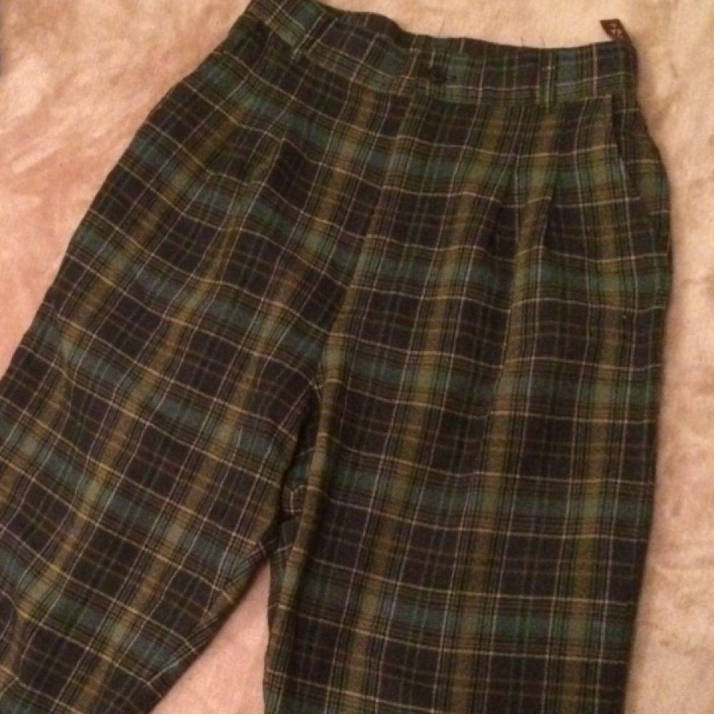 Rutiga högmidjade byxor med fickor. Aningen stora på mig (xs/s) sitter bra i midjan men med loose fit på S. Sitter nog åt mer på en M.. Jeans & Byxor.