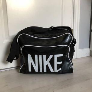 Väska från nike i fint men använt skick. Perfekt att ha som skolväska. Nypris cirka 550kr  OBS! Köpare står för frakt