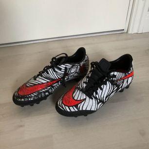 Nike hypervenom fotbollsskor i storlek, 38,5. Skorna är i fint skick med spår av användning. Nypris när jag köpte dem var cirka 850kr.  OBS! Köpare står för frakt