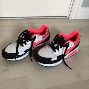 Nike airmax i vitt/rosa/svart i storlek, 36. Aldrig använda. Dem är bara provade inomhus och sedan har dem bara stått på skohyllan. Perfekta att ha som vardagsskor. Nypris cirka 650kr  OBS! Köpare står för frakt