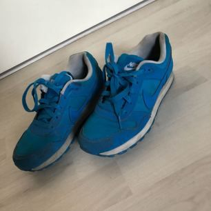 Blåa sneakers från nike i storlek, 36,5. Skorna är i använt skick. Nypris cirka 400kr  OBS! Köpare betalar frakt