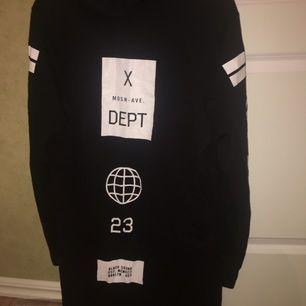 En tunn hoodie liknande lång tröja, oanvänd