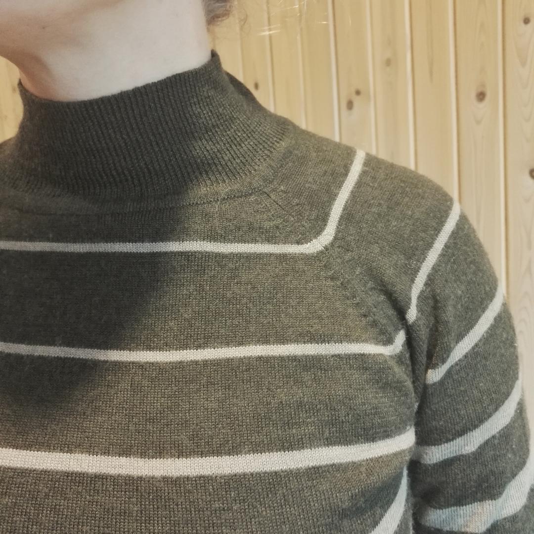 Jättefin polotröja i 100% ull. Retro 70-talskänsla med dova färger och ränder. Så snygg och bra kvalitet men måste tyvärr prioritera bort då jag har alldeles för många polotröjor. Fri frakt! . Tröjor & Koftor.