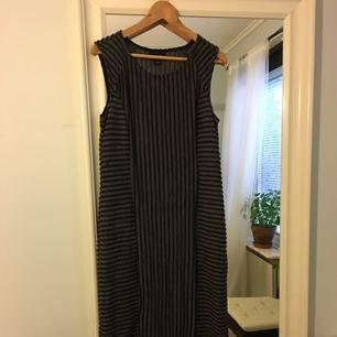 Jättfin lång klänning från Monki. Den är i storlek 44 men jag har 40-42 och den passar mig. Beror på hur tight man vill att den ska sitta. Den ger i alla fall en jättefin figur✨hör av er om ni har frågor