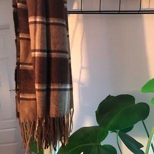 Tunnare halsduk i brunt från Beyond Retro. Den har tyvärr endast blivit använd 1-2 gånger och letar därför efter ett nytt hem 🌹