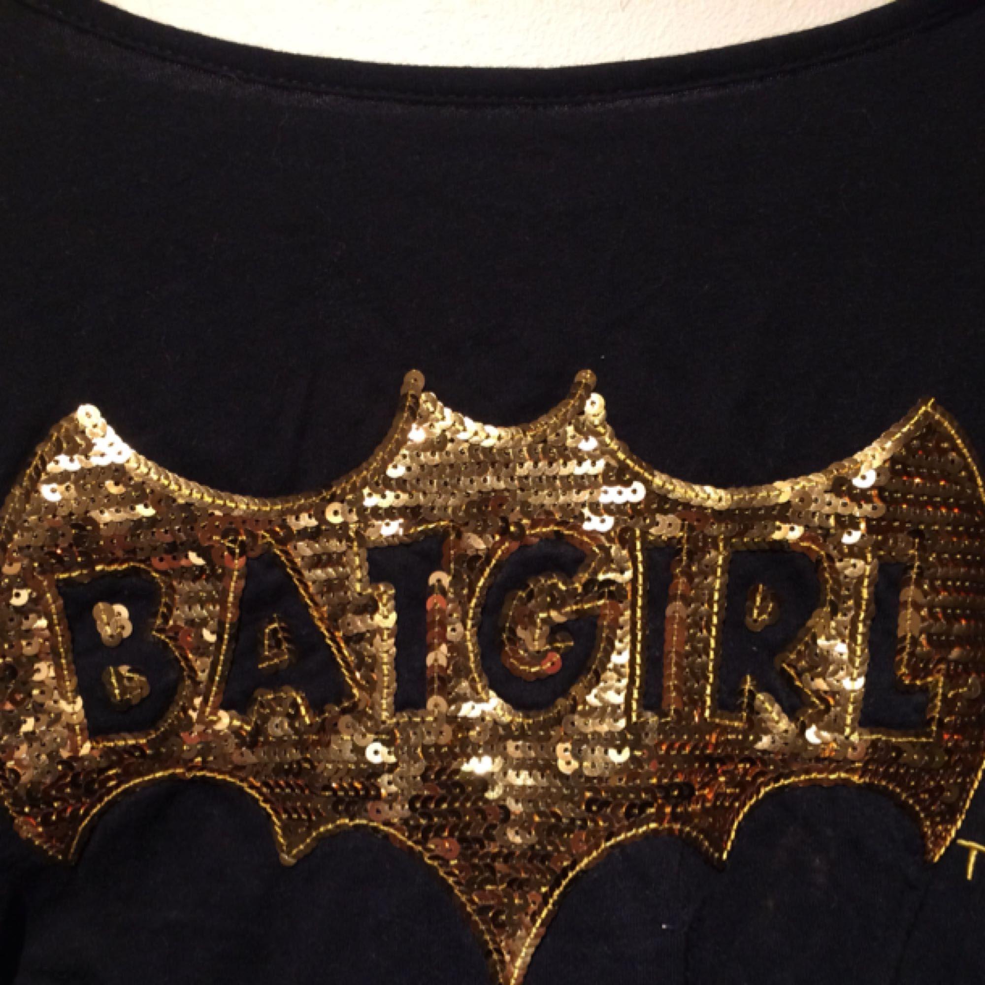"""Cool """"Batgirl"""" t-shirt med paljetter. Knappt använd och i superbra skick. Lite baggy i modellen.   Fraktar ej men kan mötas upp i Sthlm. . T-shirts."""