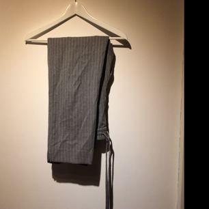 Snygga bekväma grå kostymbyxor från H&M. Dom är i bra skick och justerbara i midjan eftersom man kan knyta dom. Står 44 på lappen men har vanligtvis 42 och på mig sitter dom jättebra.   Super om man letar efter ett par bekväma byxor som även är riktigt snygga.   Fraktar ej men kan mötas upp i Sthlm.