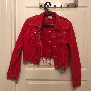 Färgad jeans jacka i nyskick då jag tyvärr inte använder så mycket som jag hade tänkt