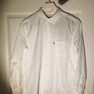 Vit Levi's Skjorta, endast provad! Storlek S. Nypris 699kr (Frakten är inkluderad i priset)