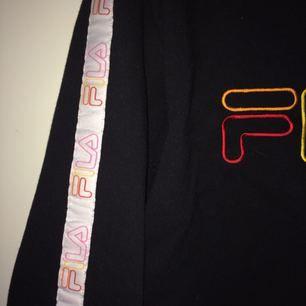 Supersnygg croppad sweatshirt från Fila! Den är använd ca 2 ggr och är fortfarande i superskick. Köpt på Urban Outfitters i London för ca 500kr.   Fraktar ej men kan mötas upp i Sthlm.
