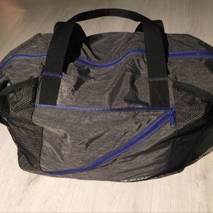 Riktigt snygg väska. Ser ny ut för jag har använt den en gång. Går att justera så den blir en mindre sportväska men kan även vara stor som en weekendbag👌🏻