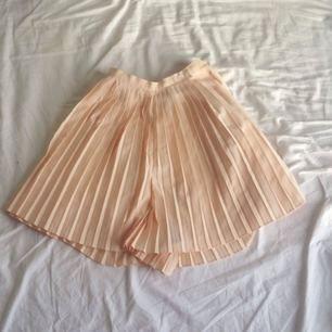 Omsydd shorts-kjol i fin pastell. Jag är en XS och har därför sydd ner den. Dock kan den sprättas upp igen om en vill ha den S (36) du står för frakten, men möts gärna upp också🌸