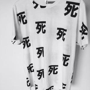 T-shirt med japanska kanji tecknet