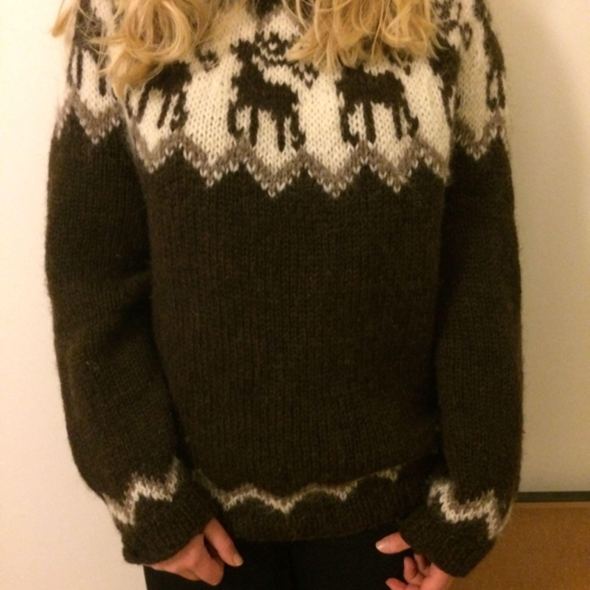 Äkta isländsk islandströja av 100% ull från Island. Riktigt varm! Specialbeställd från Island för 1000kr. Frakt står köparen för.. Stickat.