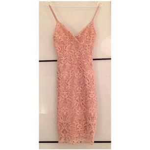 Helt ny klänning endast provad. Köptes på Bikbok förra året. Nypris 349kr. Räcker ned till knäna